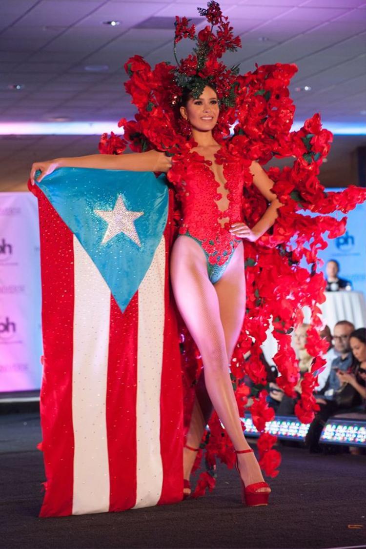 Với bộ cánh màu đỏ rực vô cùng lộng lẫy khiến nhiều khán giả lầm tưởng đây là 1 phần trình diễn trong Victoria's Secret, nhưng đây là quốc phục của đại diện Puerto Rico.