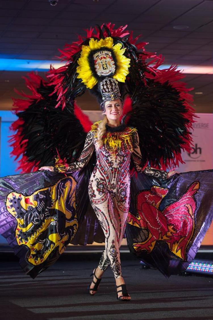 Hoa hậu Bỉ diện bộtrang phụclộng lẫy được lấy ý tưởng từ lá cờ của quốc gia. Bộtrang phụcđẹp mắtnàynhận được rất nhiều sự khen ngợi của khán giả.
