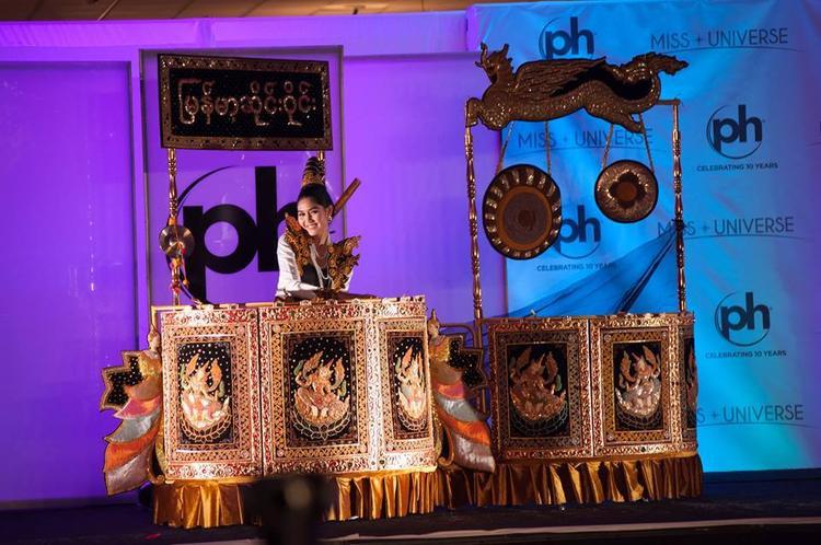 Hoa hậu MyanmarZun Than Sin mang trên mình một bộ quốc phục lạ mắt với kích thước khổng lồ, cô để lại nhiều ấn tượng sau phần trình diễn của mình. Đất nước Đông Nam Á này đã từng chiến thắng giải quốc phục vào năm 2016 cũng với một thiết kế mang đậm văn hóa Miến Điện.