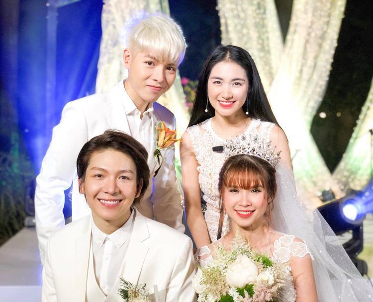 """Chị em nhà """"hoa dâm bụt"""" không quên gửi lời chúc hạnh phúc đến Kelvin Khánh - Khởi My."""