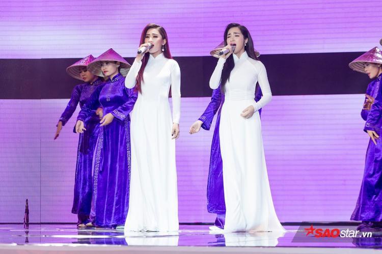 Hoà Minzy mất phong độ vì sự cố áo dài