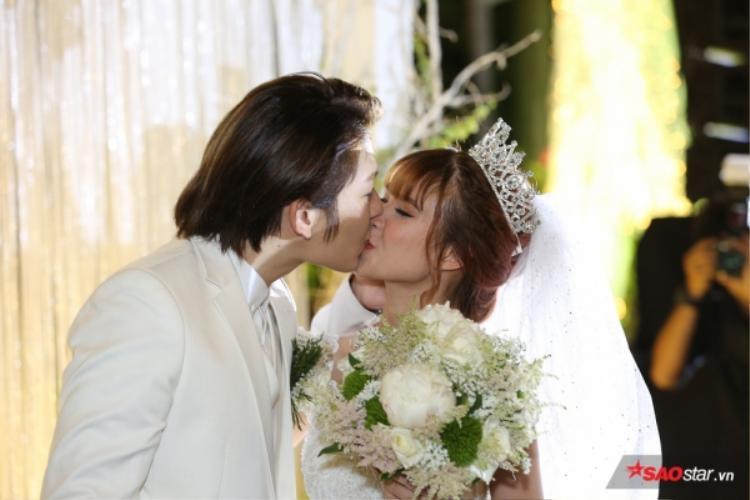 Cả hai hôn nhau say đắm trong sự hò reo của khách mời đến tham dự.