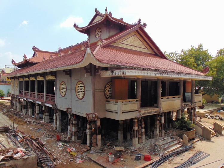 Tọa lạc tại đường Đỗ Năng Tế, Quận Bình Tân, ngôi chùa Huệ Nghiêm được nhiều người biết đến với không gian rộng thoáng và lối kiến trúc độc đáo. Do nằm ở vùng đất trũng, thường xuyên bị ngập nước mỗi khi có mưa lớn hay thủy triều dâng, nên nhà chùa quyết định nâng đại giảng đường lên cao.