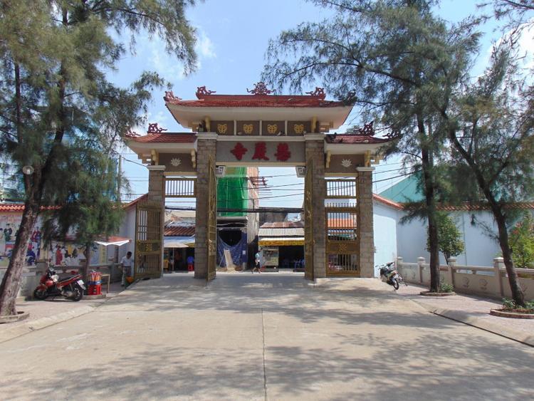 Năm 2015, thần đèn Nguyễn Văn Cư cùng các cộng sự cũng đã nâng cao cổng chùa lên cao 1,2 mét để ngăn nước từ bên ngoài vào chùa nhưng không hiệu quả. Sau cổng tam quan, chùa cũng tìm đến ông Cư để lên phương án nâng cao tượng Quan Âm.