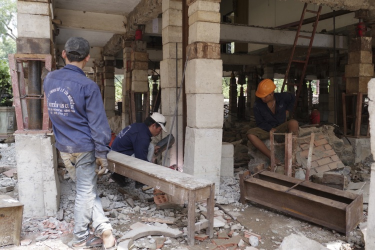 Khoảng 20 công nhân thuộc đơn vị thi công của thần đèn Nguyễn Văn Cư tiến hành nâng cao giảng đường rộng 500 mét vuông lên cao 3 mét. Ông Cư lên nghiên cứu phương án nâng khu nhà suốt 2 tháng và quyết định chia thành hai giai đoạn, mỗi giai đoạn sẽ nâng cao 1,5 mét.