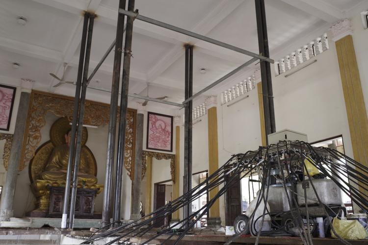 Bốn cột sắt được dựng để chống đỡ phần mái nhà, tránh làm phần mái bị võng xuống trong quá trình nâng cao phần sàn nhà.