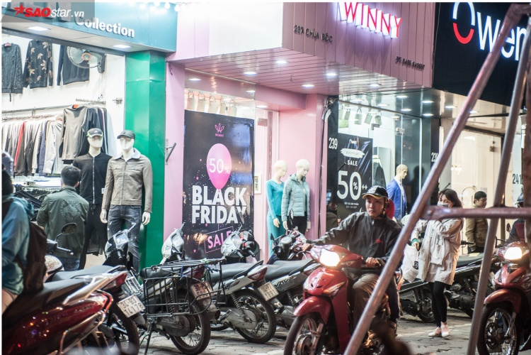 Nhiều cửa hàng trên phố Chùa Bộc khuyến mại khủng lên đến 50% đánh trúng vào tâm lý người mua hàng trong ngày đông rét buốt. Đặc biệt là những chiếc áo ấm - mặt hàng đang trở nên hot mỗi khi mùa đông về.