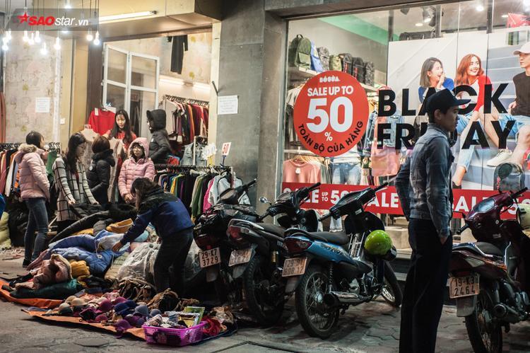 Thậm chí quần áo được đổ đống dưới vỉa hè, giá cả rẻ đến bất ngờ thu hút nhiều sinh viên tới mua.