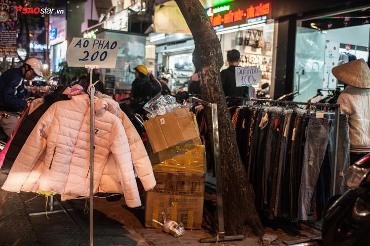 Chiếc áo phao cần thiết nhất trong ngày Đông có giá dao động chỉ từ 150.000 - 200.000 nghìn đồng, mức giá hấp dẫn cho nhiều người lựa chọn.