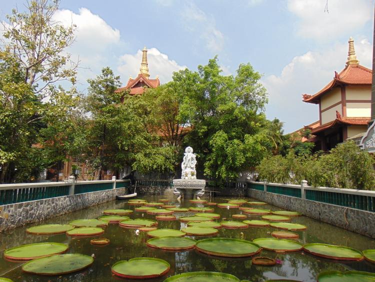 Trong khuôn viên chùa có nhiều công trình đẹp như tháp chuông, đài Quan Âm, tháp Phổ Đồng mà đặc biệt là pho tượng đức Phật Thích ca cao 4,5 mét.