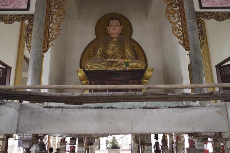 Ngoài nâng lên theo yêu cầu của nhà chùa, đơn vị thi công kết hợp đổ thêm dầm, sàn giữa trung tâm giảng đường.