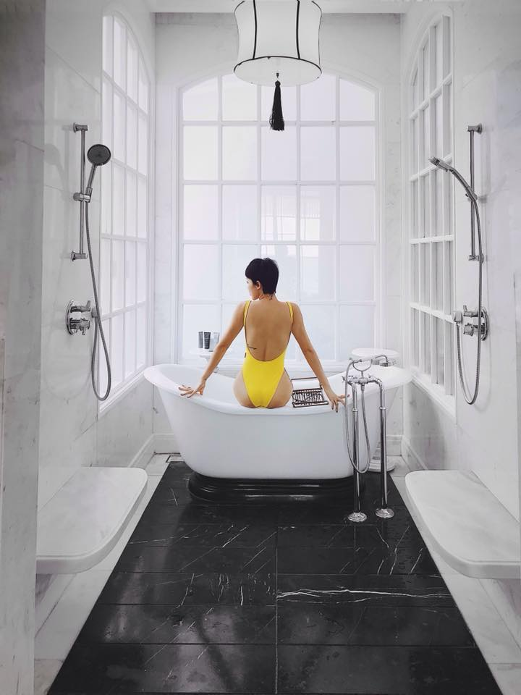 Trong những bức hình mới nhất trên Instagram, Tiên khoe thân hình ngày một hoàn hảo trong bộ monokini vàng nổi bật.