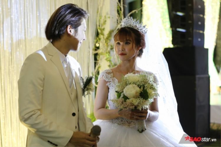 Chú rể Kelvin Khánh nhìn cô dâu đắm đuối.