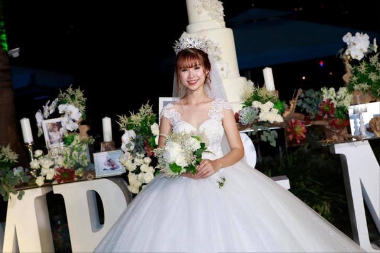 Khởi My lộng lẫy như công chúa trong ngày cưới.