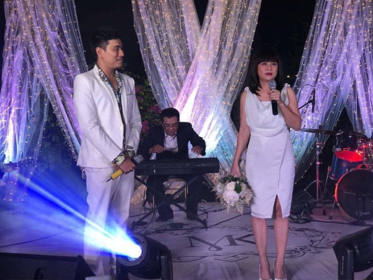 Cát Phượng và Kiều Minh Tuấn nhận hoa cưới.