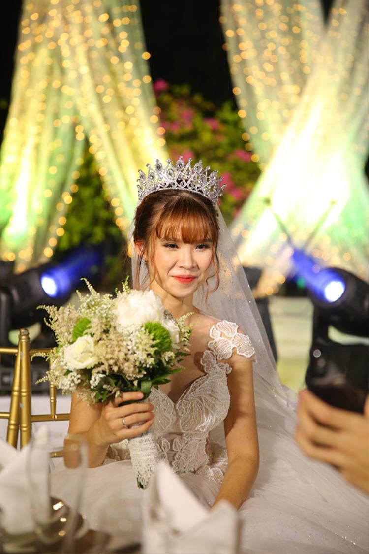 Váy cưới dáng xoè và vương miện khiến Khởi My thêm rạng rỡ. Ảnh: Maison de Bil