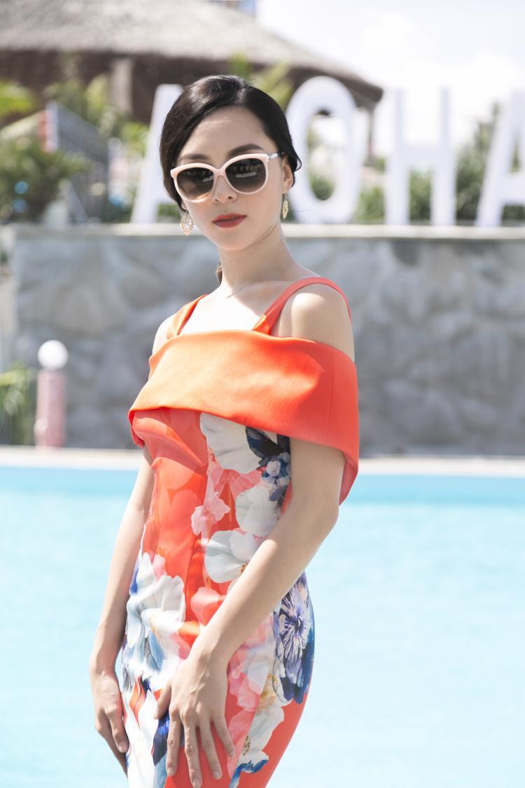 Dương Trương Thiên Lý là người trực tiếp hướng dẫn các thí sinh. Á hậu 2 Hoa hậu Hoàn vũ Viêt Nam 2008 thay 3 trang phục khác nhau để phù hợp với từng phần thi. Lúc đầu, người đẹp diện bộ váy ôm tông màu cam nổi bật.