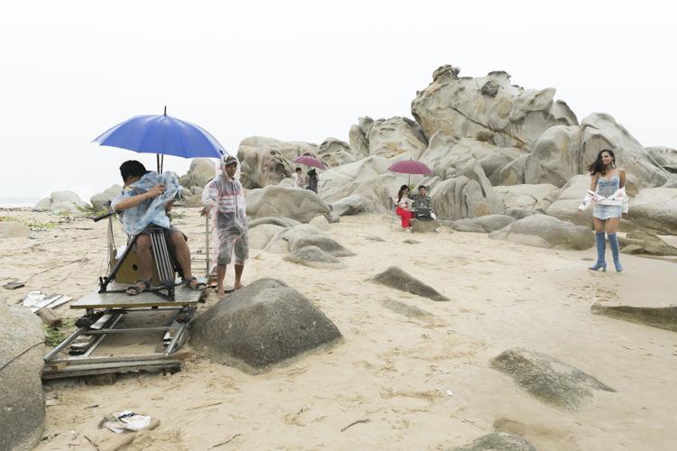 Giữa không gian bãi biển Phan Thiết, các thí sinh thể hiện được thần thái, cùng những tạo dáng vừa phù hợp với ngoại cảnh, trang phục mà không làm lu mờ bản thân.