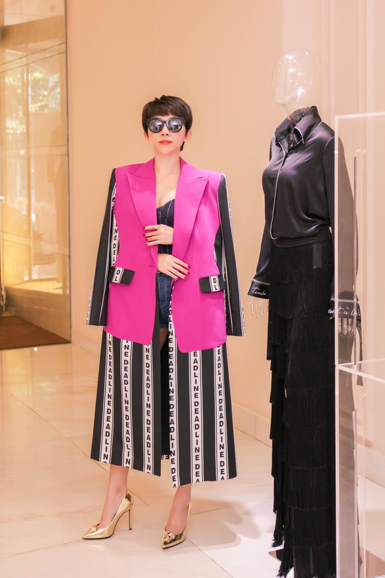 """Với một sự kiện mang tầm vóc châu Á như MAMA, khi nhận được sự hỗ trợ từ một nhà thiết kế Việt mang đẳng cấp quốc tế nữ ca sĩ hoàn toàn cảm thấy tự tin. Thậm chí, NTK Công Trí sẵn sàng để Tóc Tiên """"đập hộp"""" những trang phục mới nhất trong bộ sưu tập Thứ 6 Của Chị vừa được anh trình làng tại Vietnam International Fashion Week Fall Winter 2017."""