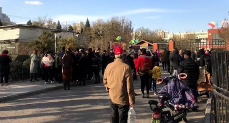 Phụ huynh đứng trước cổng trường RYB yêu cầu được xem video quay cảnh trong lớp học.