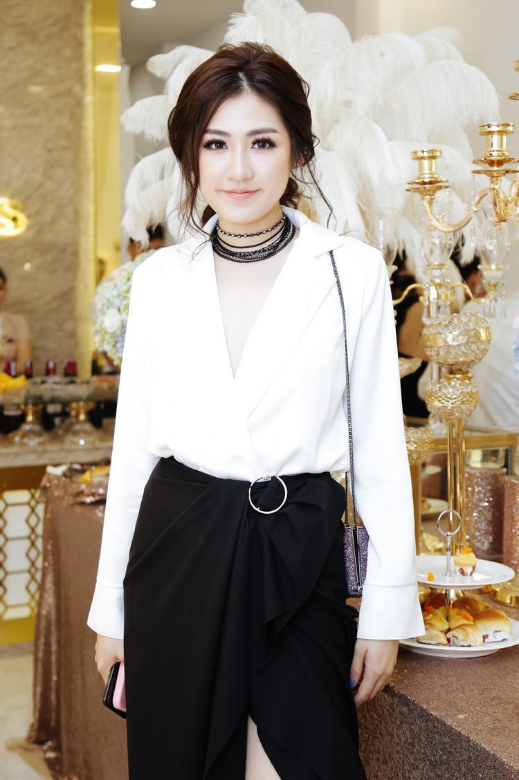 Trong khi đó, á hậu Tú Anh chọn phong cách thanh lịch với bộ trang phục trắng đen. Người đẹp phối phụ kiện ăn nhập.
