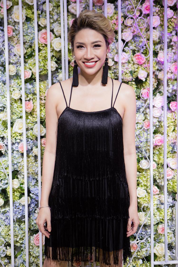 Pha Lê xuất hiện thu hút sự chú ý với trang phục tua rua 2 dây gợi cảm. Nữ ca sĩ đồng thời chọn kiểu tóc tém, phụ kiện hoa tai tua rua cũng hợp phong cách quyến rũ.