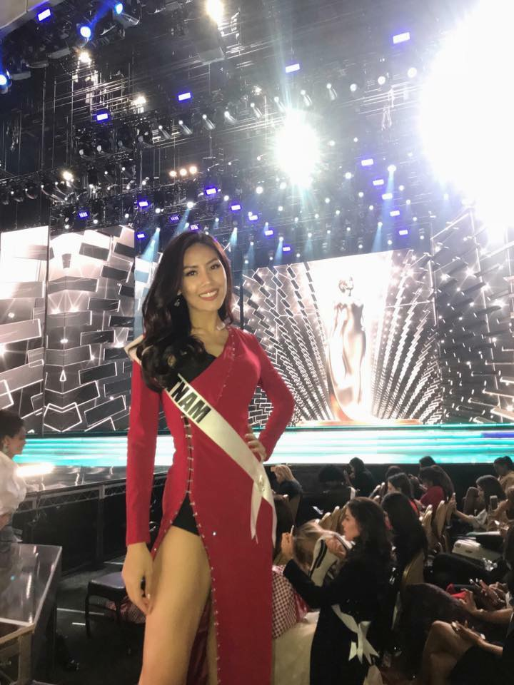 Nguyễn Loan rạng rỡ, quyến rũ bốc lửa trong ngày tổng duyệt chung kết Miss Universe 2017