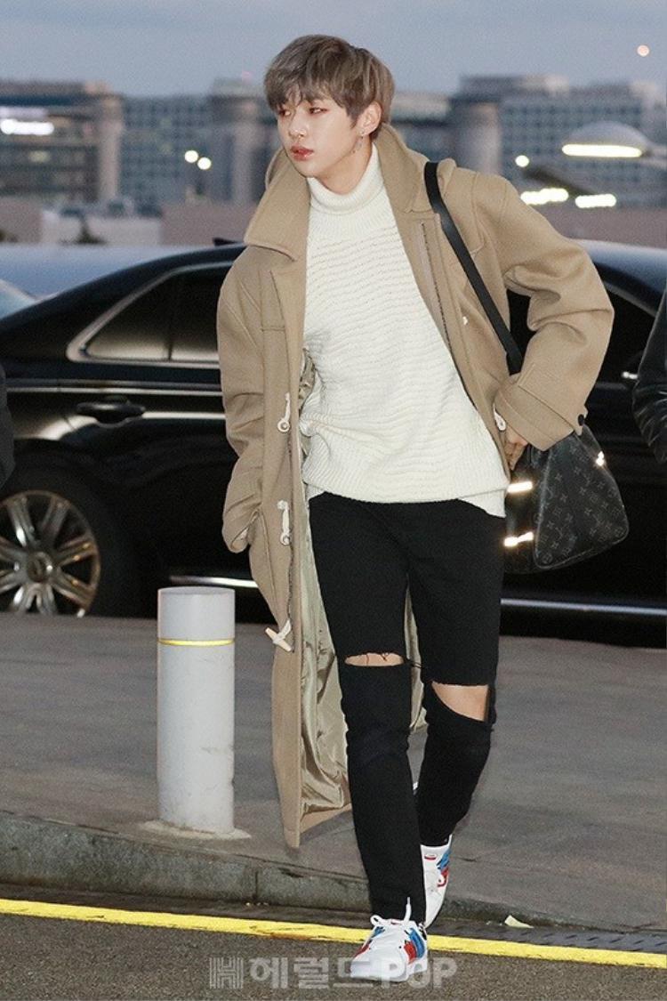 Kang Daniel quyến rũ với đôi mắt một mí quyến rũ cùng gu thời trang sành điệu.
