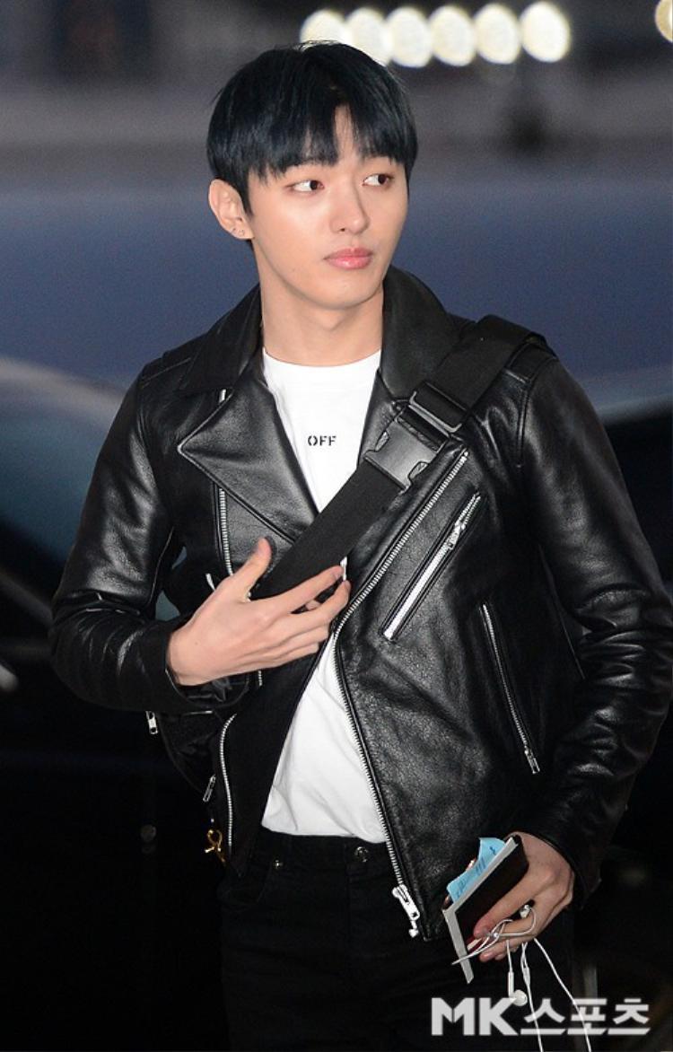 Trưởng nhóm Ji Sung cá tính với áo khoác da.