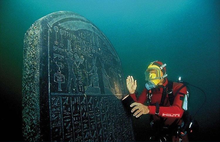 Tấm bia ghi nhận sự tồn tại của các khu định cư của Heracleion, từng là bến cảng thông thương quốc tế và thu thuế chính của Ai Cập thời cổ đại.