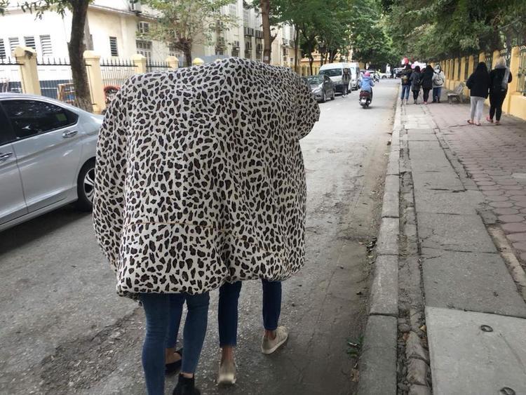 Nhóm nữ sinh choàng chăn ấm khi đi đường.
