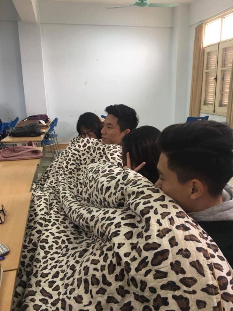 Cùng nhau chia sẻ tấm chăn ấm trên lớp học.