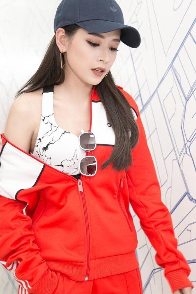 Chi Pu thì có biến hóa hơn trong cách phối đồ. Cô nàng diện set đồ thể thao màu đỏ rực cùng chiếc mũ lưỡi trai đen tăng thêm phần khỏe khoắn.