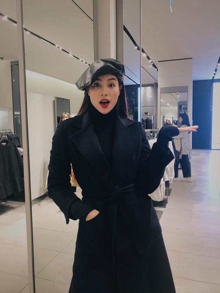 Phạm Hương chọn chất liệu da để outfit sang chảnh hơn. Nhìn cô nàng trẻ hẳn ra với kiểu mũ đáng yêu này. Mũ nồi rất hợp với những chiếc áo khoác dáng dài ấm áp.