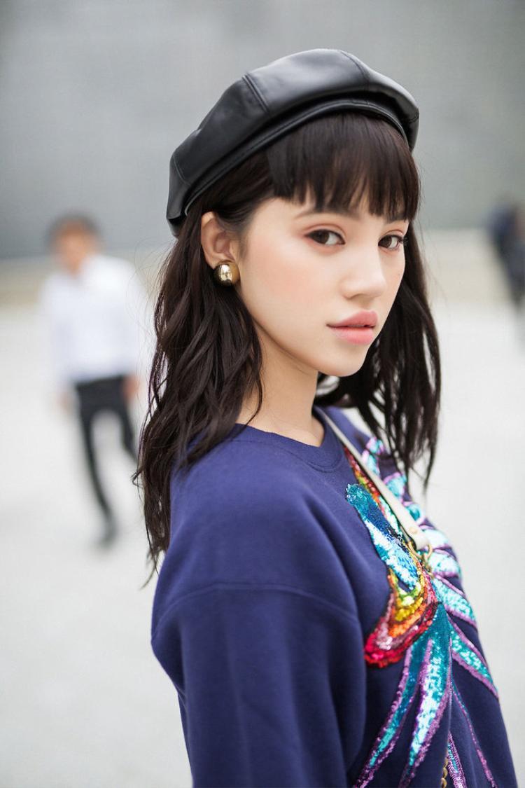 Và tất nhiên là không thể thiếu một gương mặt luôn trong top mặc đẹp Jolie Nguyễn. Cô nàng cũng chọn mũ nồi da để làm nổi bật gương mặt xinh xắn của mình.