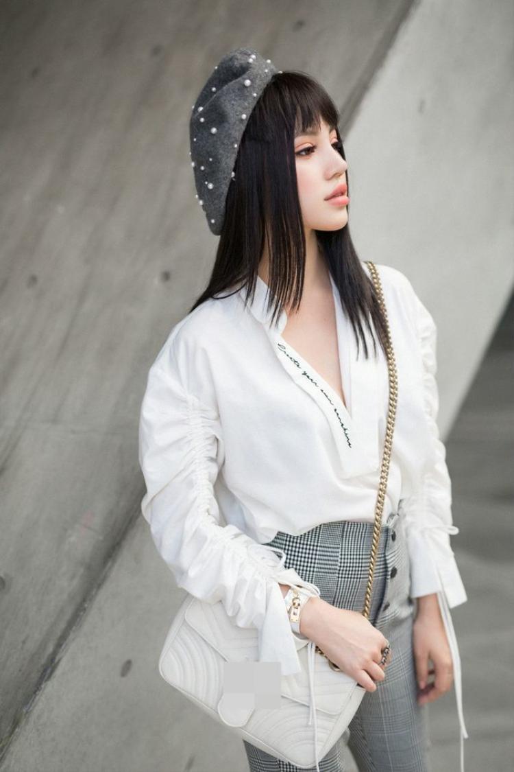 Và cô nàng cũng rất yêu thích mũ nồi gắn hạt như Angela Phương Trinh.