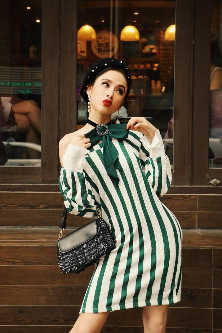 Mũ nồi đính hạt điệu đà này cực hợp với phong cách thời trang biến hóa của Trinh.