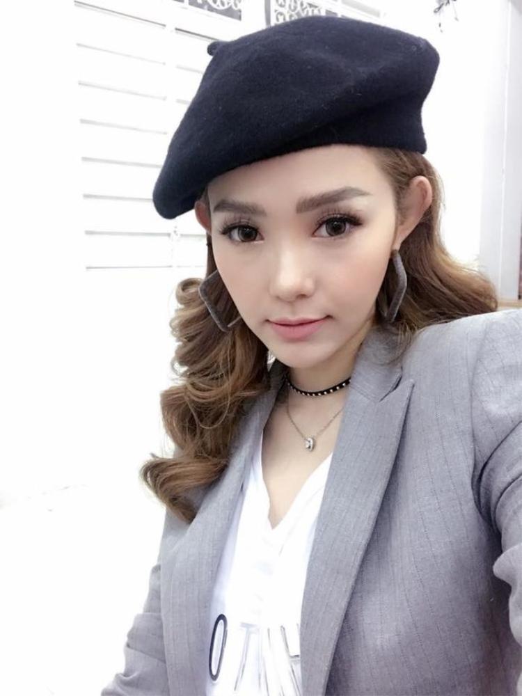 và Minh Hằng đều đã diện chiếc mũ xinh xinh này. Mỗi người một phong cách nhưng ai cũng rất hợp với mũ nồi.