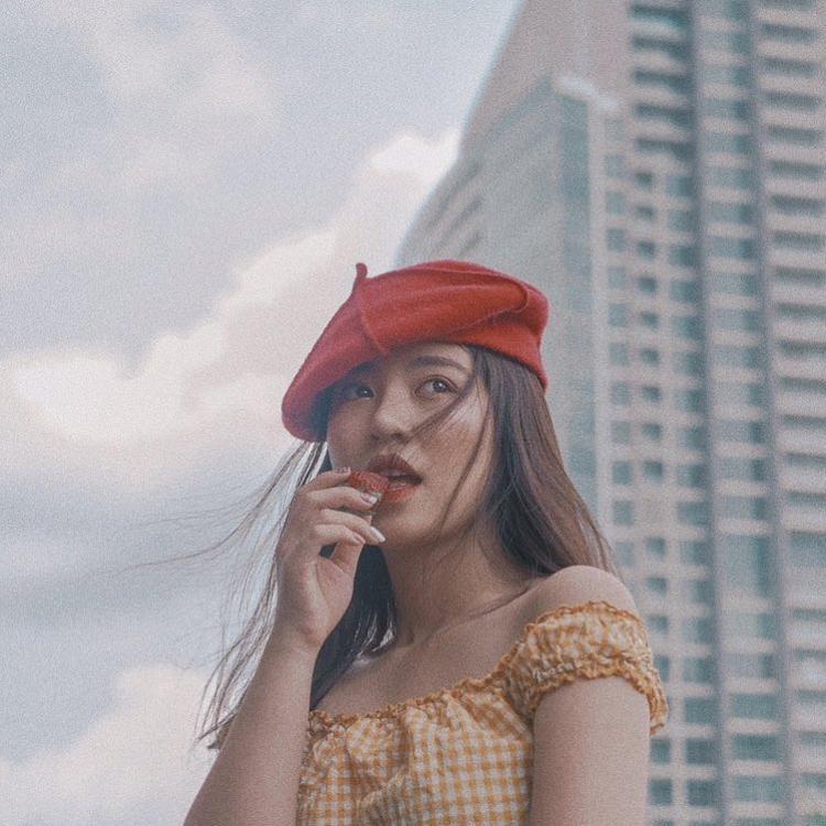Cô gái xinh đẹp Mẫn Tiên với gu thời trang ngọt ngào đã sử dụng một chiếc mũ nồi đỏ để làm nổi bật outfit của mình.