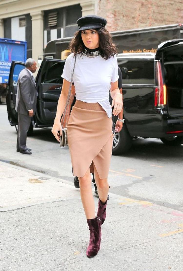 Và tất nhiên là người mẫu có thu nhập số 1 hiện nay, Kendall Jenner cũng có chiếc mũ này. Cô kết hợp với áo thun trắng basic và chân váy xẻ cao mà beige.