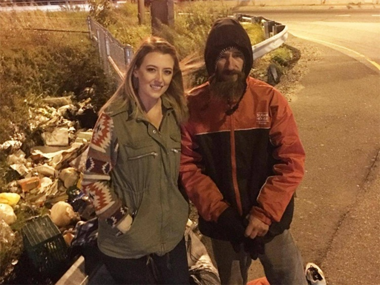 Người đàn ông vô gia cư không ngần ngại dùng những đồng tiền cuối cùng để giúp cô gái trẻ.