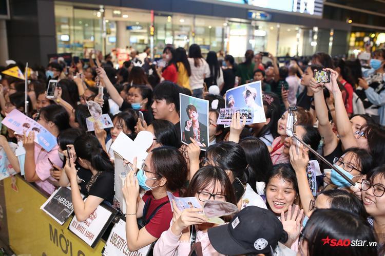 Fan gần như phủ kín sân bay Tân Sơn Nhất.