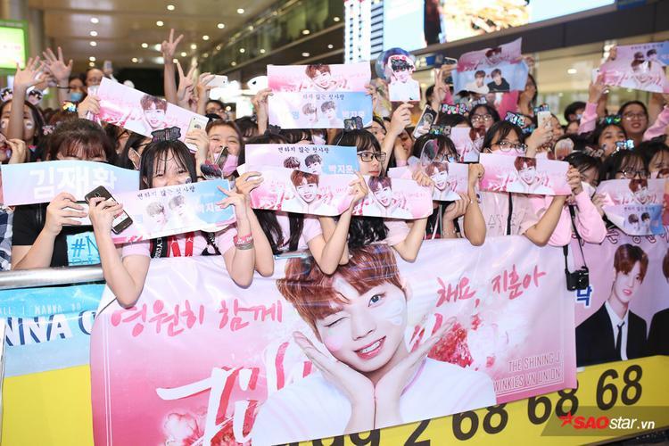 Fan trật tự xếp hàng ngồi chờ Wanna One.