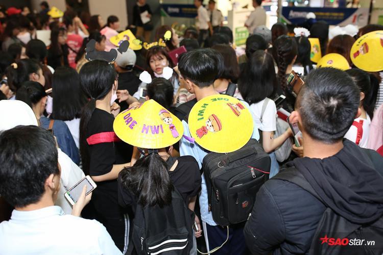 Những chiếc nón lá màu vàng được fan chuẩn bị công phu nằm trong project chào đón thành viên Wanna One Lee Dae Hwi tại Việt Nam.