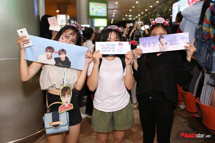 Dàn fangirl cầm poster chuẩn bị đón thần tượng.