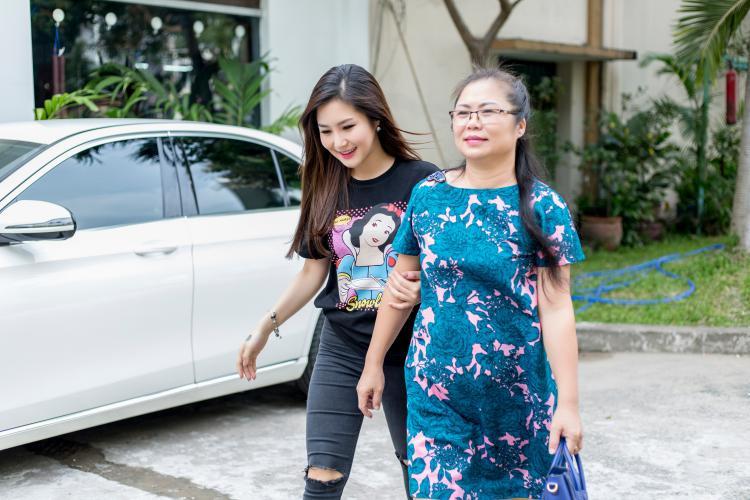 Đây có thể xem là dịp hiếm hoi, mẹ Hương Tràm xuất hiện cùng cô con gái của mình.