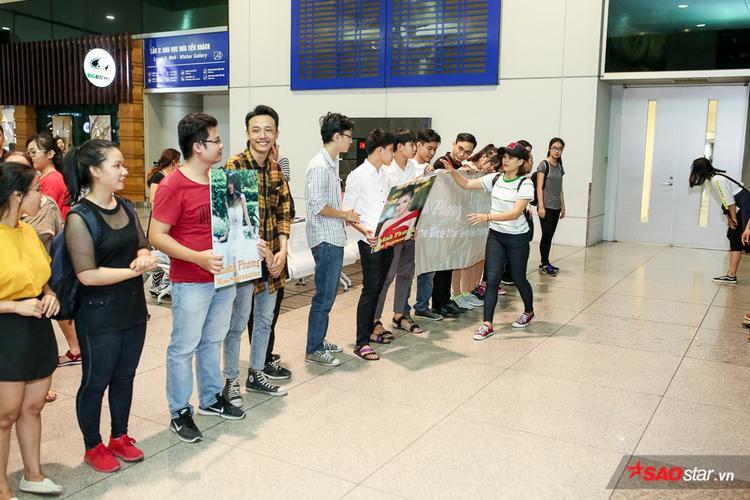 Từ sớm, khá đông người hâm mộ đã có mặt, chuẩn bị hoa và băng rôn để tiễn Á hậu Khánh Phương lên đường sang Ba Lan.