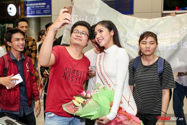 Bố mẹ Á hậu Khánh Phương từ Nha Trang bay vào TP.HCM để tiễn con gái đi Ba Lan