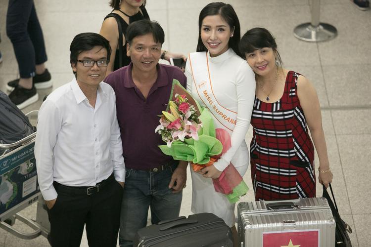 Bố mẹ Khánh Phương từ Nha Trang cũng đã có mặt để tiễn con gái lên đường đi thi.