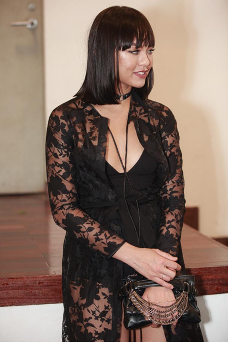 Chán làm quý cô sexy thì Mai Ngô quay ngoắt 180 độ làm quý bà sang trọng. Nhưng sao nhìn Mai Ngô lại cứ chững chạc hơn tuổi quá đáng thế này?